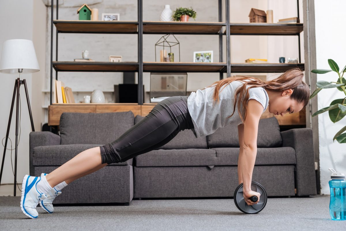 sportive exercice avec roue abdominale à la maison